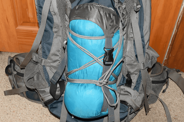 Securing a sleeping bag to backpack with paracord